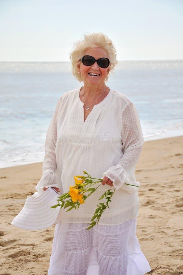 Lächelnde attraktive ältere Dame stockfotos
