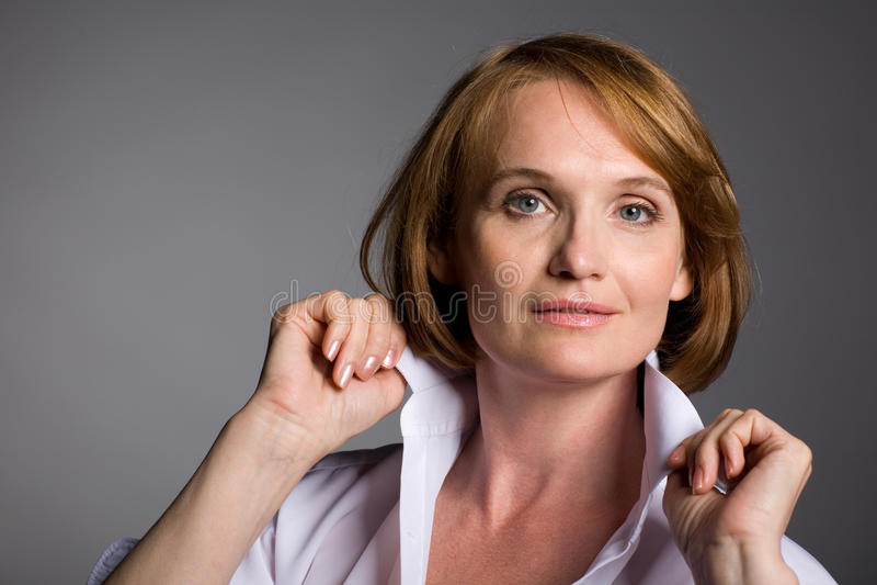 Lächelnde attraktive fällige Frau stockfoto