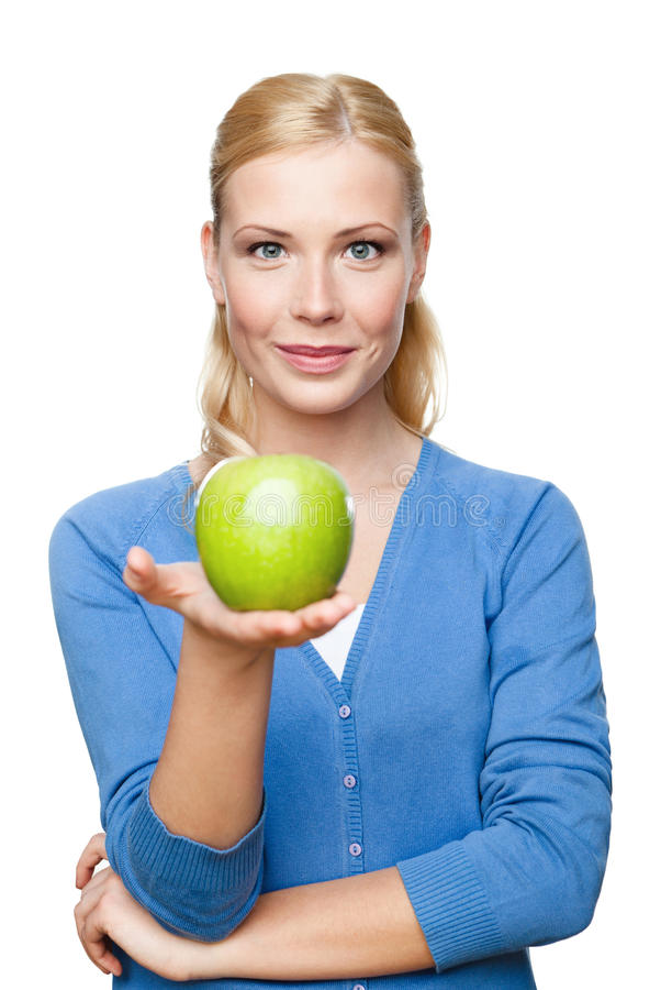 Lächelnde attraktive Frau, die grünen Apfel anhält stockbilder