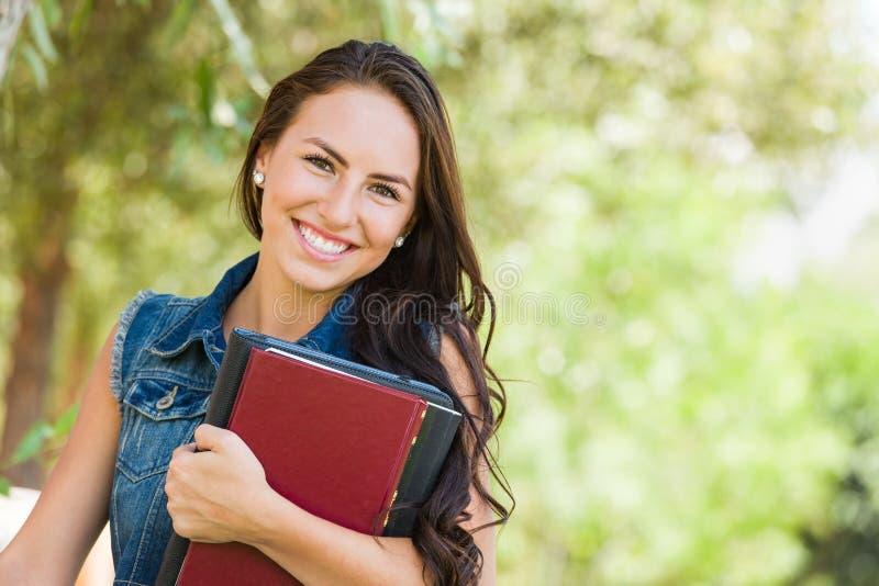 Lächelnde attraktive Mischrasse-jugendlich Studentin mit Schulbüchern lizenzfreies stockbild