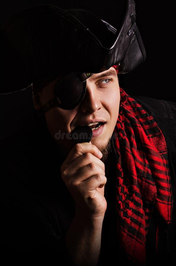 Lächelnde beißende alte Münze des Piraten stockfoto