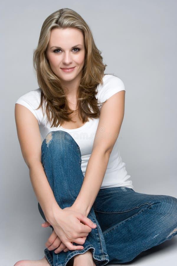 Lächelnde beiläufige Frau lizenzfreies stockbild