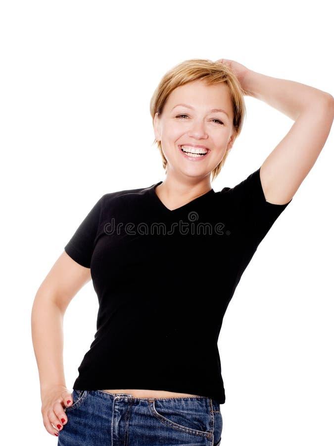 Lächelnde blonde Frau über weißem Hintergrund lizenzfreies stockbild