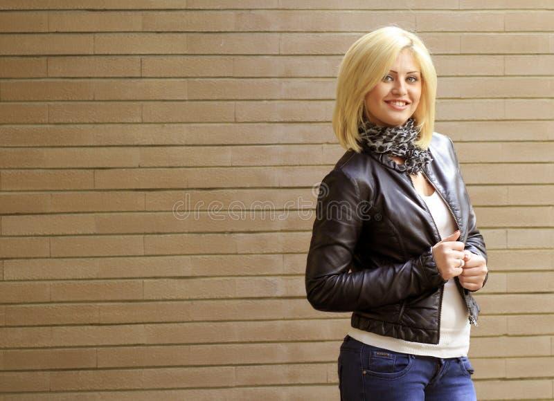 Lächelnde blonde Frau stockfoto