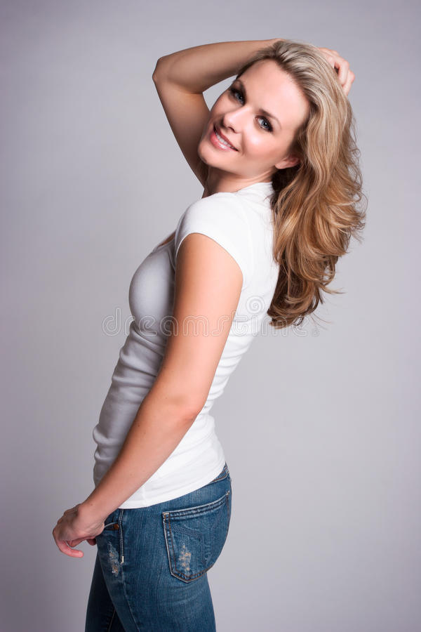 Lächelnde blonde Frau stockfotografie