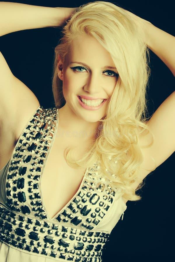 Lächelnde blonde Frau stockbild