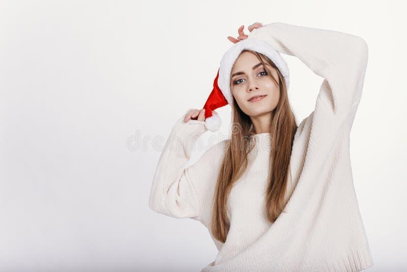 Lächelnde blonde Frau in Santa Claus Hat lizenzfreie stockfotografie