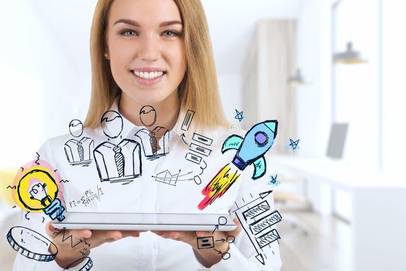 Lächelnde blonde Geschäftsfrau und ihre Startidee vektor abbildung