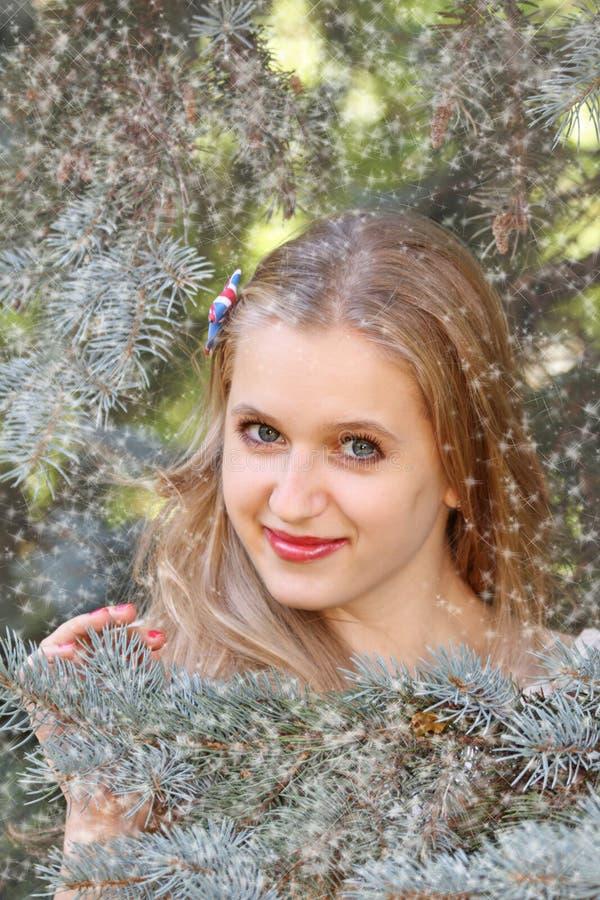 Lächelnde Blondine lizenzfreie stockfotos