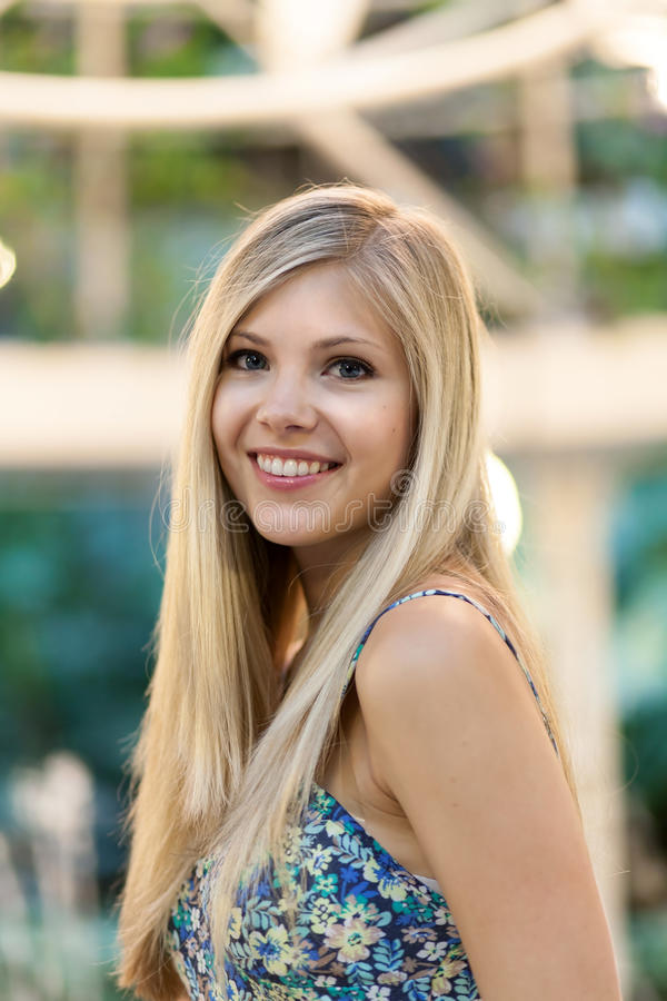 Lächelnde Blondine lizenzfreie stockfotografie