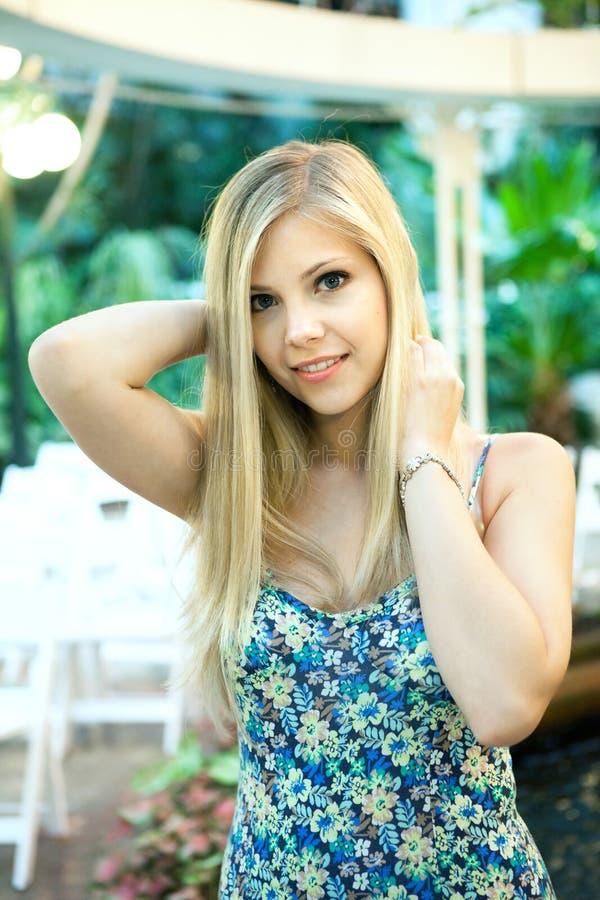 Lächelnde Blondine stockfotos