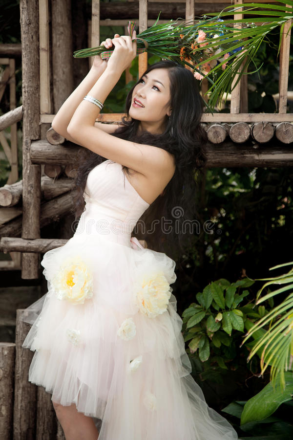 Lächelnde Braut mit lockiger Hochzeitsfrisur stockbilder