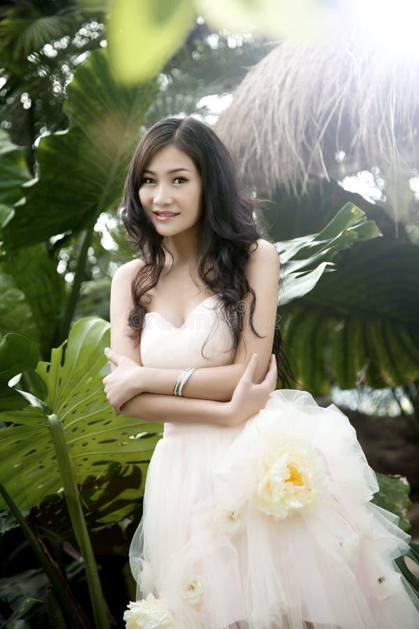 Lächelnde Braut mit lockiger Hochzeitsfrisur lizenzfreies stockbild