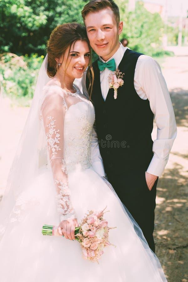 Lächelnde Braut und Bräutigam auf der Straße stockfoto