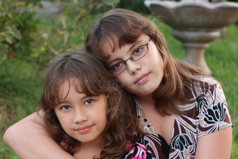 Lächelnde brown-haired Schwestern stockbild