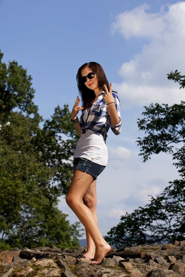Lächelnde Brunette-Jugendliche mit Sonnenbrillen stockfoto