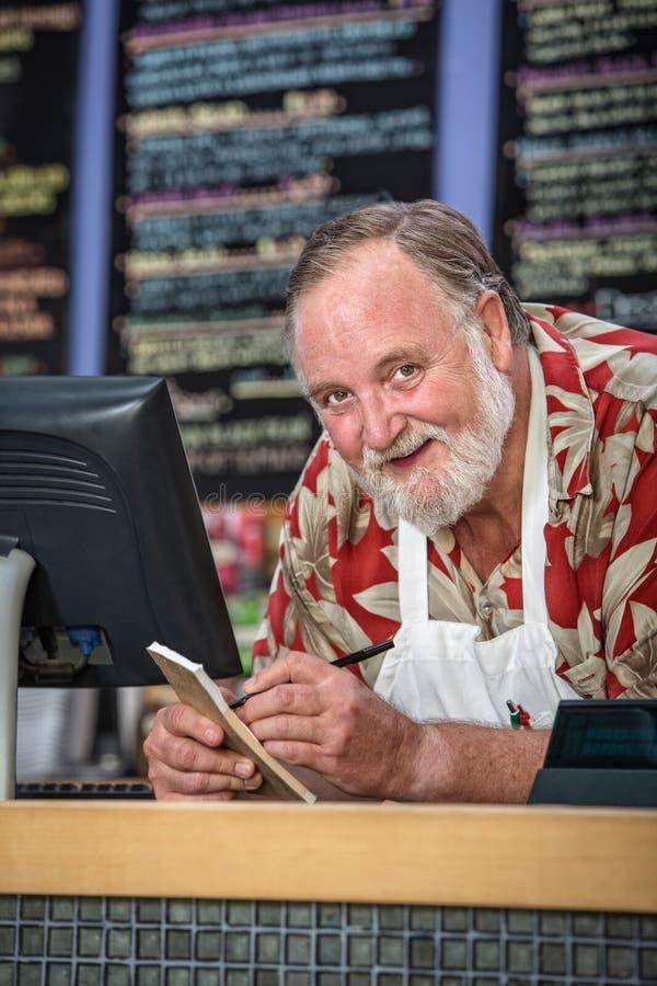 Lächelnde Café-Arbeitskraft lizenzfreie stockfotografie