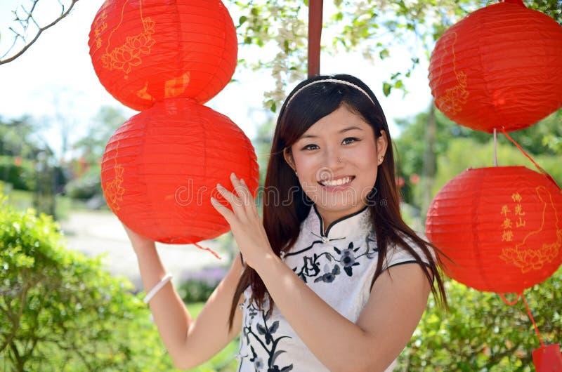 Lächelnde chinesische Frau im cheongsam stockfotografie