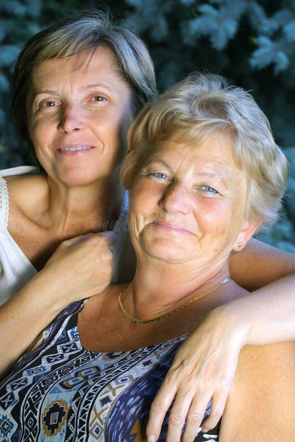 Lächelnde Damen lizenzfreie stockfotos