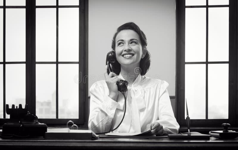 Lächelnde Empfangsdame bei der Arbeit lizenzfreies stockfoto