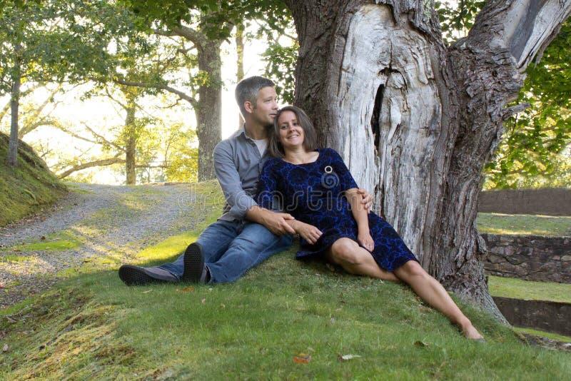 Lächelnde entspannte Paare draußen lizenzfreie stockbilder
