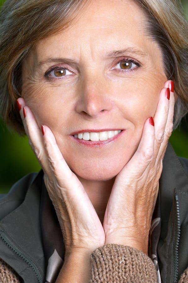 Lächelnde fällige Frau stockbilder
