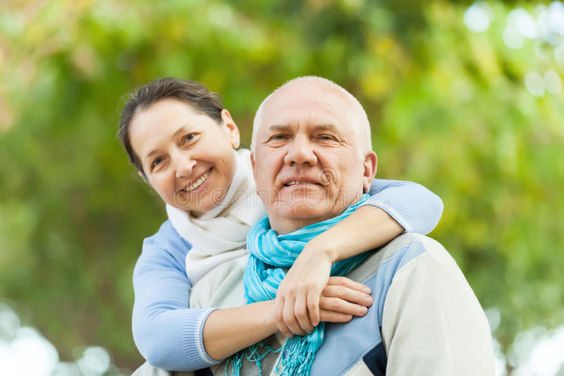 Lächelnde fällige Paare lizenzfreie stockfotografie