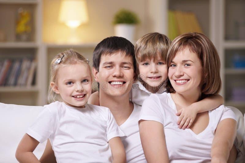 Lächelnde Familie stockfoto