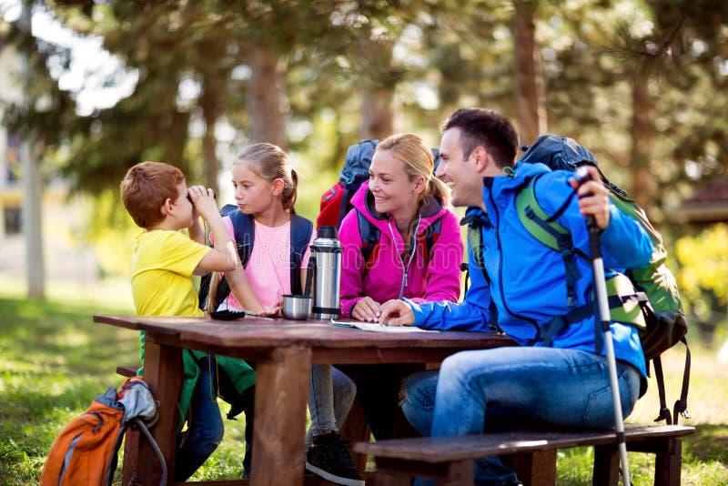 Lächelnde Familie, die Spaß auf dem Wandern hat stockfotos