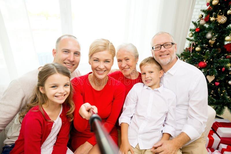 Lächelnde Familie, die zu Hause selfie macht lizenzfreie stockfotografie