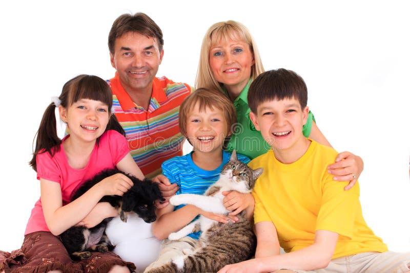 Lächelnde Familie mit Haustieren lizenzfreie stockbilder