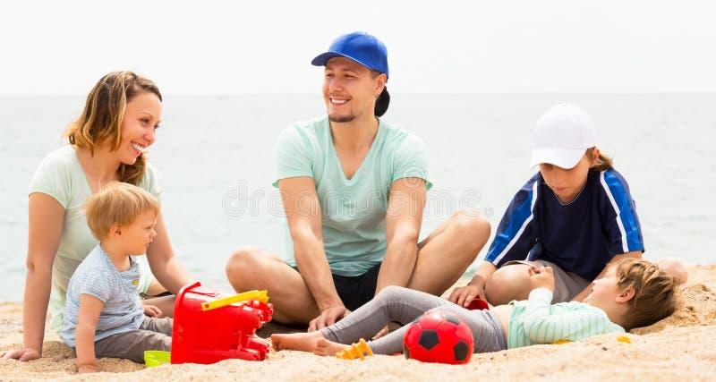 Lächelnde Familie mit Kindern stockbild
