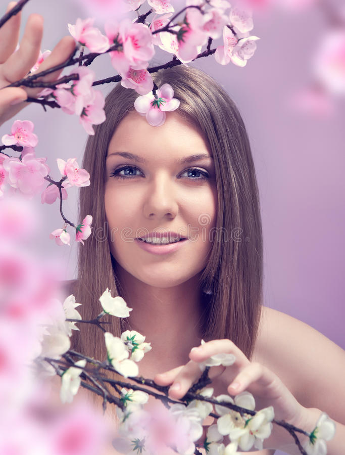 Lächelnde Frühlingsfrau lizenzfreie stockfotos
