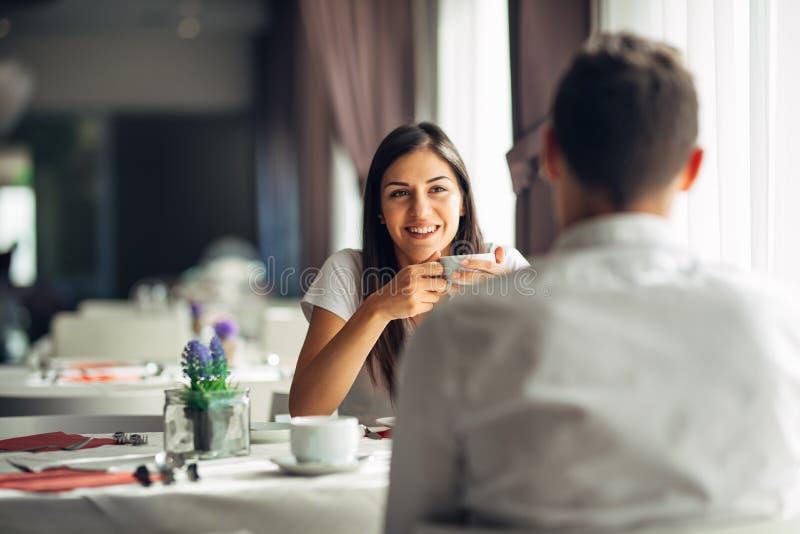 Lächelnde Frau auf einem Datum in einem Restaurant, ein Gespräch über einer Mahlzeit im Hotel habend Positive Gefühle, Liebe, Nei lizenzfreie stockfotos