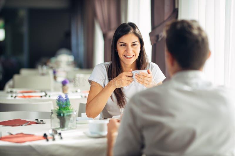 Lächelnde Frau auf einem Datum in einem Restaurant, ein Gespräch über einer Mahlzeit im Hotel habend Positive Gefühle, Liebe, Nei stockbild