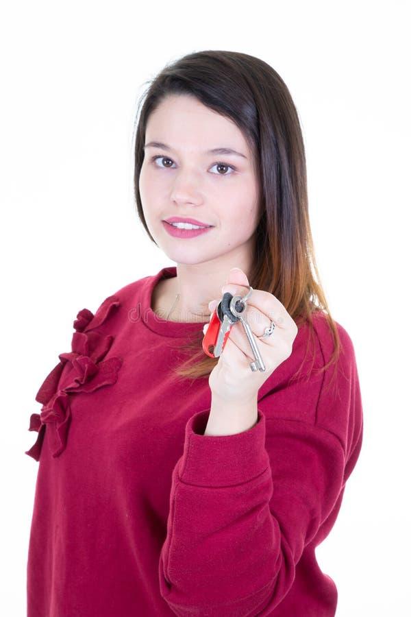 Lächelnde Frau der Geschäftsfrau oder der Immobilienagentur, die Schlüssel zeigt stockfoto