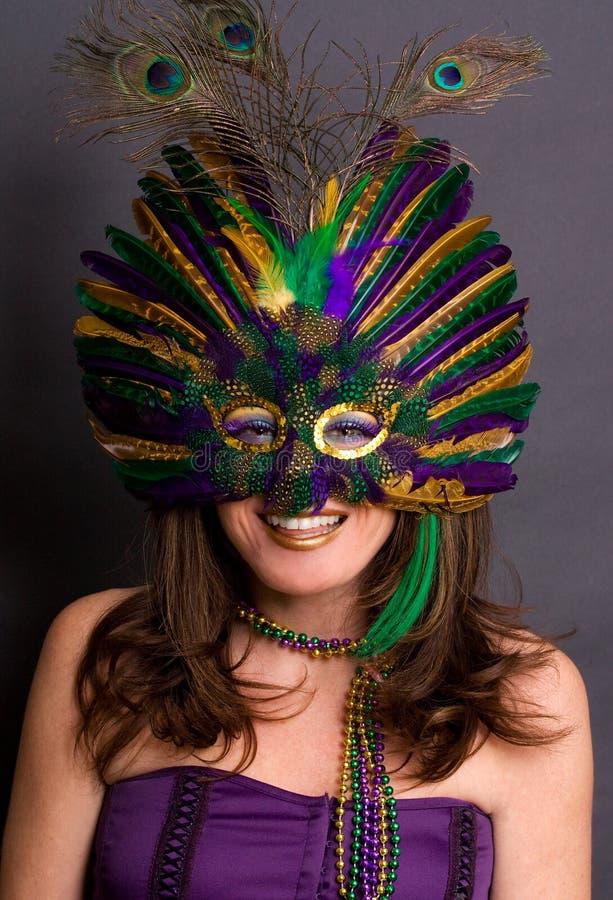 Lächelnde Frau in der Karneval-Schablone stockfotografie