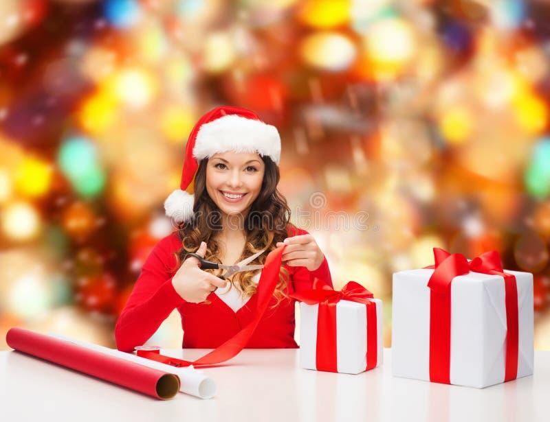 Lächelnde Frau in der Sankt-Helferhut-Verpackungsgeschenkbox lizenzfreies stockbild