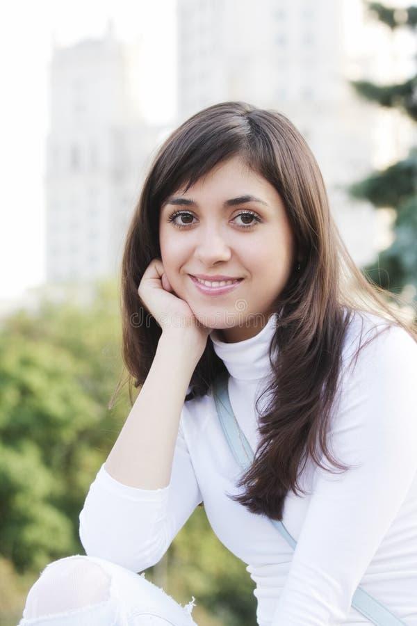 Lächelnde Frau in der weißen Bluse stockfoto