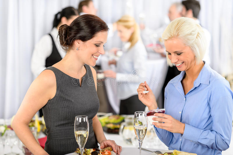 Lächelnde Frau des Geschäftstreffen-Buffets essen Nachtisch stockbild