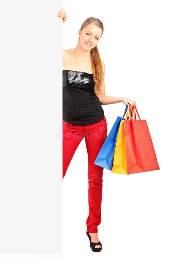 Lächelnde Frau, die Beutel eines Einkaufens anhält stockbilder