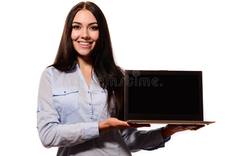 Lächelnde Frau, die einen leeren Laptopschirm zeigt lizenzfreie stockfotografie