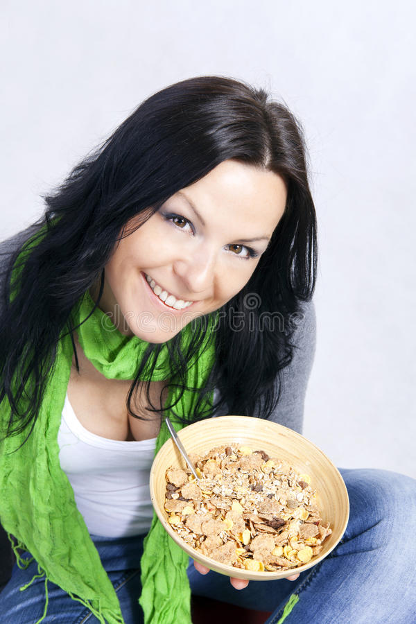 Lächelnde Frau, die frühstückt lizenzfreies stockfoto