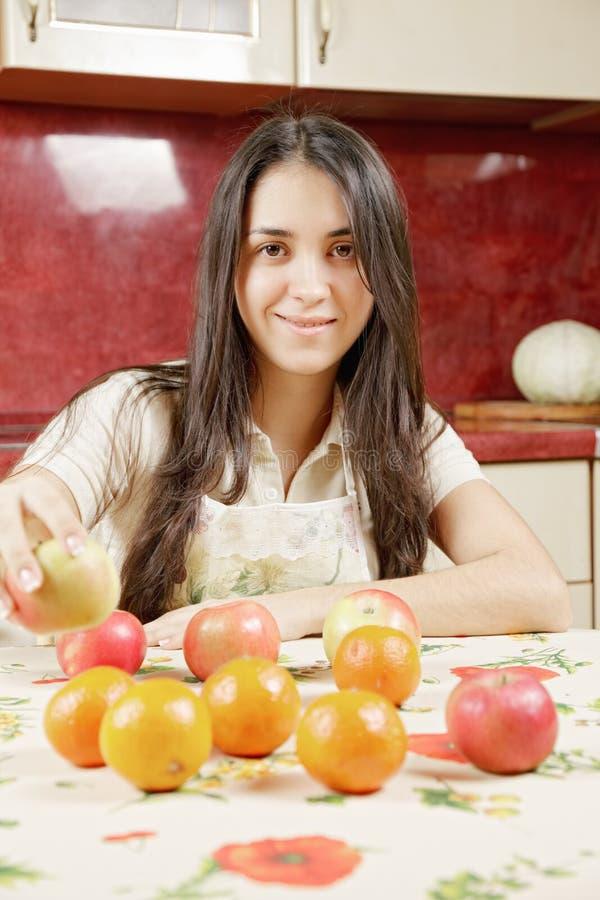 Lächelnde Frau, die Fruchtschach spielt lizenzfreies stockbild