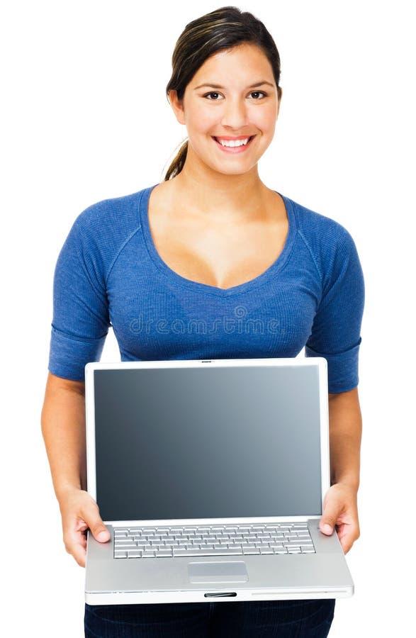 Lächelnde Frau, die Laptop zeigt lizenzfreie stockbilder