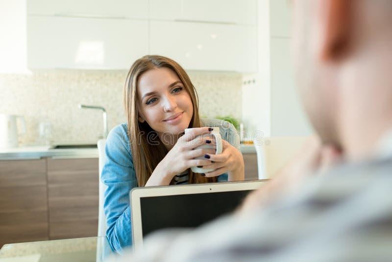 Lächelnde Frau, die mit Liebe Ehemann betrachtet lizenzfreie stockfotos