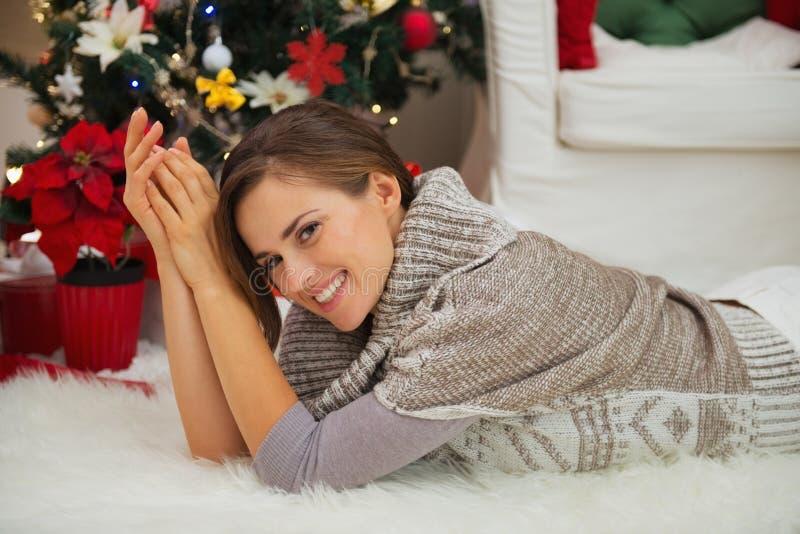 Download Lächelnde Frau, Die Nahe Weihnachtsbaum Legt Stockfoto - Bild von tradition, dekor: 27728208