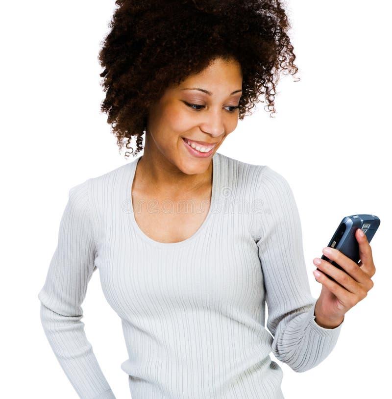 Lächelnde Frau, die PDA verwendet lizenzfreie stockfotos