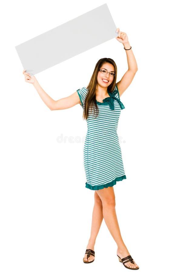 Lächelnde Frau, die Schild zeigt lizenzfreies stockfoto