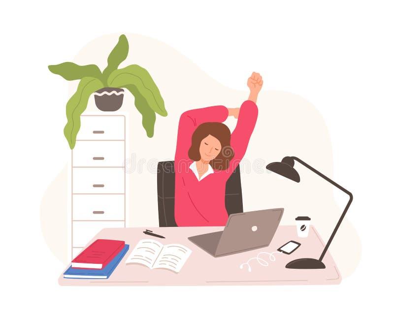 Lächelnde Frau, die am Schreibtisch mit dem Laptop nimmt Rest und das Ausdehnen sitzt Weiblicher Büroangestellter oder Sekretär,  lizenzfreie abbildung